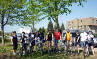 10 Mitarbeiter in bunten Fahrradtrikots mit Ihren
