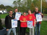 Fünf Menschen mit Plakaten in der Hand, die musik