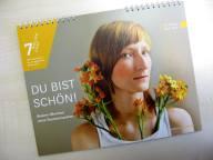 Ein Kalender mit dem Bild einer jungen Frau und de