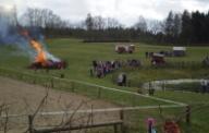 In der Senke auf der großen Wiese des Kolonistenhofes ist das Feuer entfacht.
