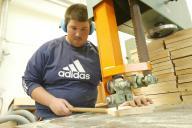 Holzarbeiten an einer großen Säge