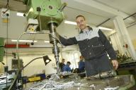 Ein Mitarbeier an einer großen Metallbohrmaschine