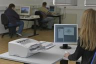 Mitarbeiter beim Einscannen von Papierunterlagen