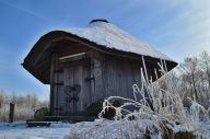 Das gut2 Quellhaus im Winter mit Schnee bedeckt vo
