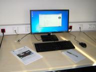 Ein Arbeitsplatz mit PC und Lehrgangsunterlagen