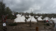 Bild 2: das Bild zeigt das Moria Camp. Hier gibt e