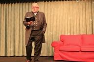 Der Referent Anselm Bilgri steht auf der Bühne de