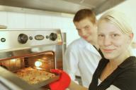 Azubis holen Kuchen aus dem Ofen