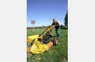 Ein Mitarbeiter mäht den Rasen