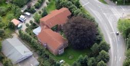 Hier ist eine Luftaufnahme von der Wohngruppe Dat Brückenhus in Kiel zu sehen