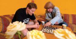 Hier spielen 2 Menschen Schach