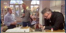 Moderator Sven Tietzer lässt sich die Produktion des Rendsburg-Rings erklären.