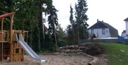 Das neue Klettergerüst steht inmitten einer großen Sandkiste