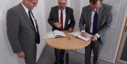 Bild 1 (von rechts):  Johannes Pfeiffer, Geschäftsführer Arbeitslosenversicherung der Bundesagentur für Arbeit (BA), Michael Breitsameter, Vorsitzender der Bundesarbeitsgemeinschaft der Berufsbildungswerke (BAG BBW), Walter Krug, stellvertretender Vorsitzender der BAG BBW bei der Unterzeichnung des Rahmenvertrages am 22. Juli 2015 in Nürnberg