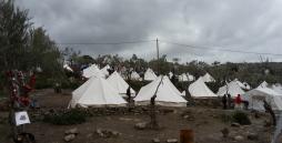 Bild 2: das Bild zeigt das Moria Camp. Hier gibt es mehrere Zelte von unterschiedlichen Vereinen.