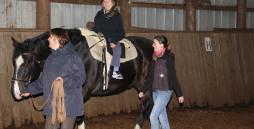 Die Reittherapie trägt dazu bei, dass die Muskulatur gelockert wird. Das Pferd erreicht Geist und Seele des Menschen. Auf dem Pferd Stella, vorn Gabi Doellinger, hinten Solveig Dau-Schmidt.