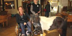 zwei Auszubildende mit dem Pony im Vorraum des Freizeithauses