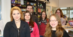 Auszubildende und Ausbilderinnen auf einem Foto im Kiosk aufgenommen