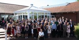 Foto aller Absolventen 2017 vor dem Freizeithaus