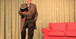 Der Referent Anselm Bilgri steht auf der Bühne des TSBW