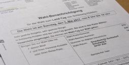 Blatt Papier mit Text Wahlbenachrichtigung