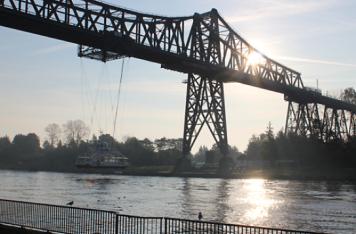 Weltweit einzigartig: die Kombination von Eisenbahnbrücke und Schwebefähre