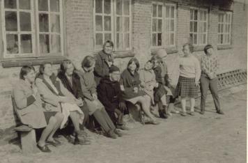 Eine der ersten Gruppen des Holländerhofes bei einer Pause vor dem Gebäude