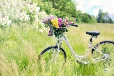 Ein Fahrrad steht mit Blumen dekoriert auf einer g