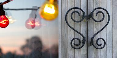 Links: Leicht verschwommene Aufnahme, drei Glühbi