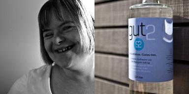 Link: lächelndes Mädchen mit Trisomie 21. Rechts
