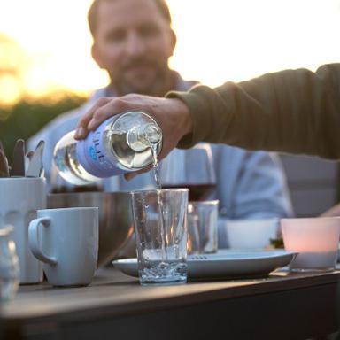 Draußen am gedeckten Tisch sieht man in Großaufn