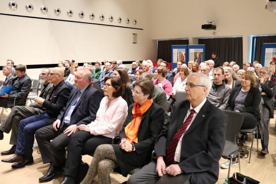 Viele Besucher bei der Eröffnung der Ausstellung.
