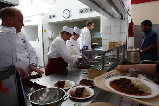 Ausgabe des Mittagessens am Küchentresen.