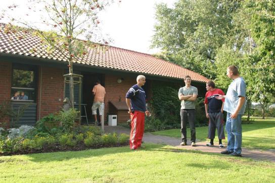 Treffen vor dem Eingang des Wohnheimes