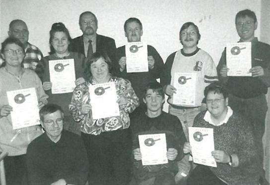 Die geehrten Tischtennisspieler mit ihren Trainern Heiko Eichhorn und Walter Schlüter sowie dem Präsidenten des Tischtennisverbandes Hans-Jürgen Gärtner (hintere Reihe, 3. von links)