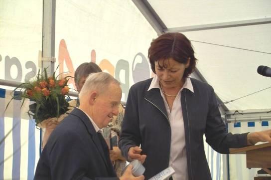 Maria Rönnau ehrt Hans-Hermann Erichs für 40 Jahre Betriebszugehörigkeit