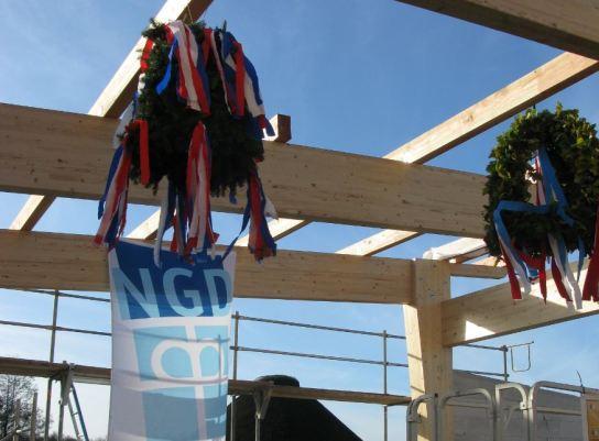 Zwei Richtkronen und eine Flagge der NGD-Gruppe h�
