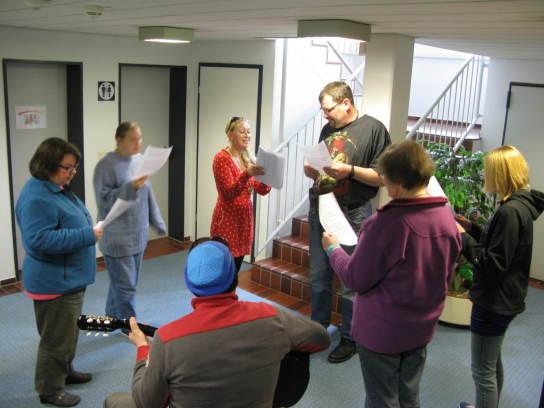 Eine Gruppe von Menschen schaut auf die Zettel mit