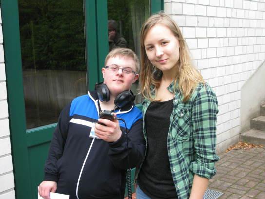 Ein junger Mann und eine junge Frau mit einem Aufn