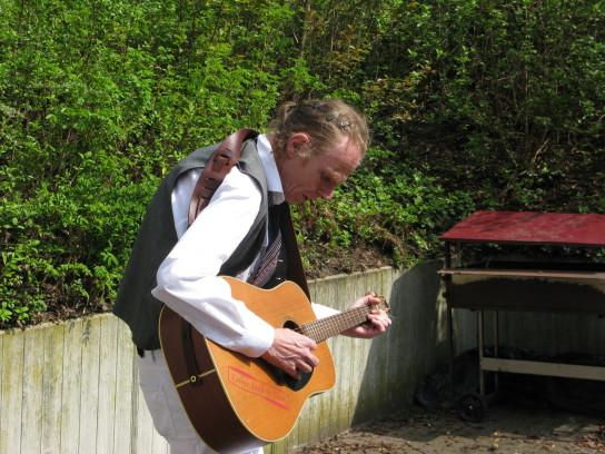 Ein Mann mit einer Gitarre übt Griffe ein