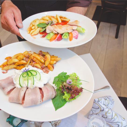 Zwei Teller mit einem Fischgericht