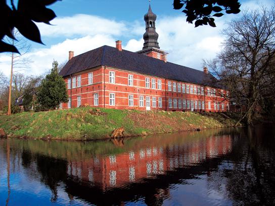 Ein großes Gebäude aus rotem Backstein mit Turm