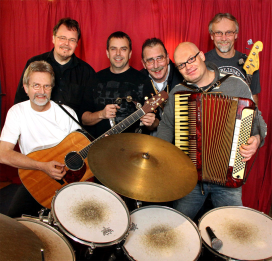 Sechs Männer mit Musikinstrumenten