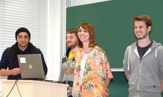 Drei junge Männer und eine junge Frau mit einem L