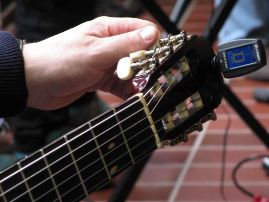 Eine männliche Hand stimmt mit einem kleinen tech