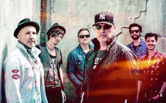 Sechs Männer vor einer Betonwand