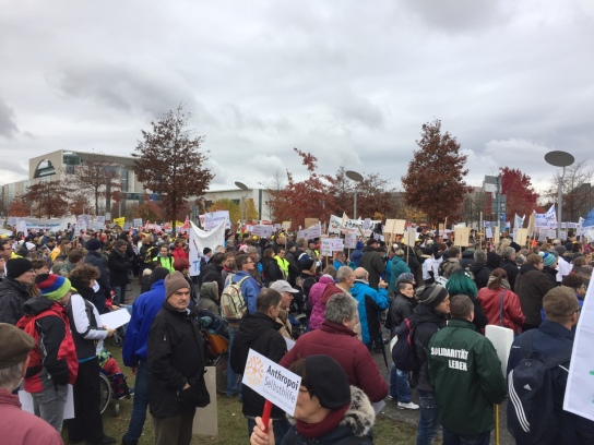 Eine Menschenmenge mit Plakaten und Spruchbändern