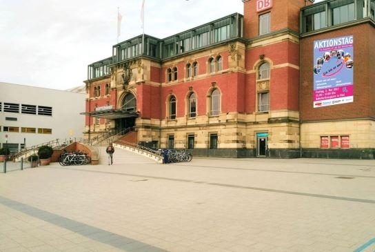 Ein leerer Platz vor einem großen Bahnhofsgebäude