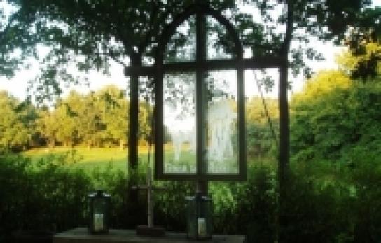 Das Fenster ziert eine Darstellung des Franz v. Assisi.