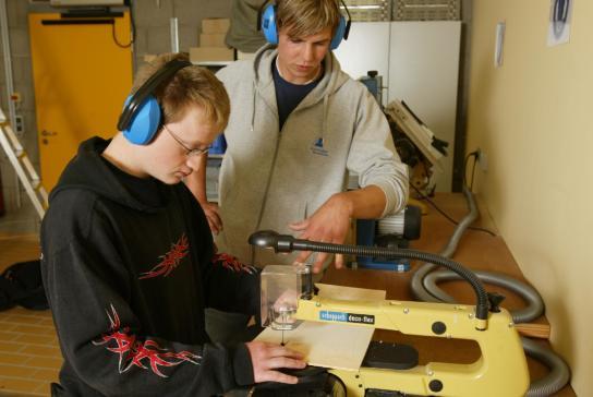 praktische Arbeit an einer Dekupiersäge im Berufsbildungsbereich der Werkstatt
